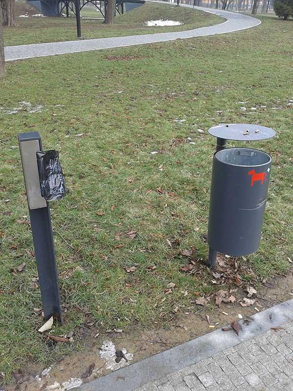 Урна и бесплатные кульки для уборки за собаками в парке