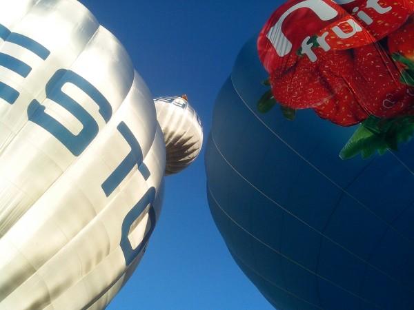 фото воздушного шара с корзиной наверху