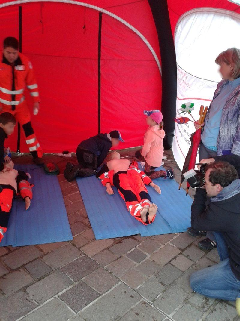 дети учаться делать непрямой массаж сердца прямо на площади