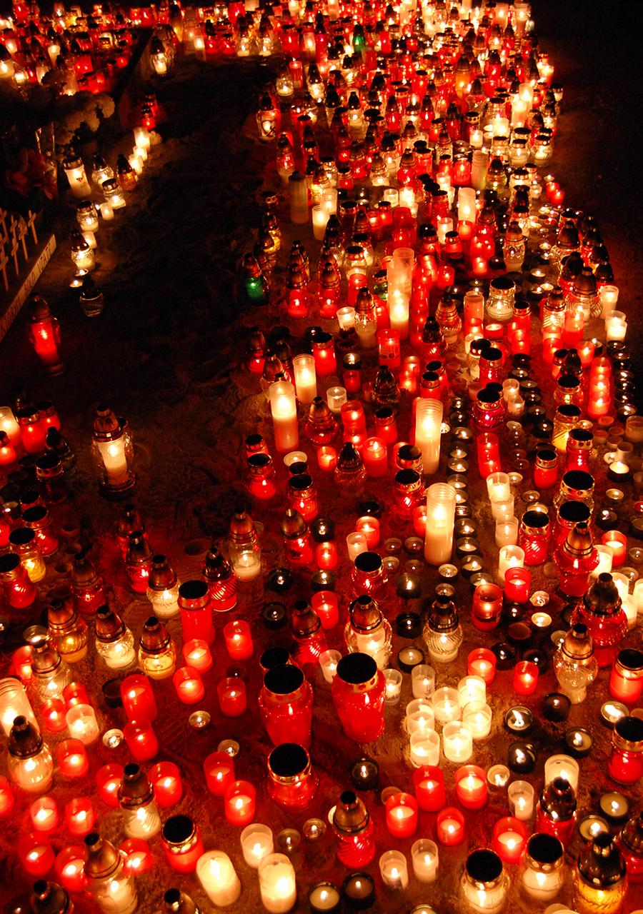 Тысячи свечей на кладбище в День памяти всех усопших