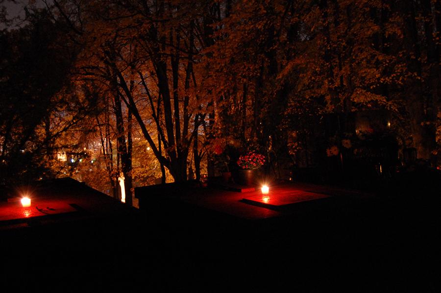 В День памяти всех усопших свечи и венки на каждой могиле
