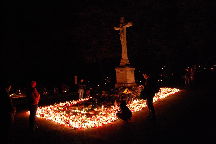 Возле центрального входа на кладбище в День памяти всех усопших, Словакия