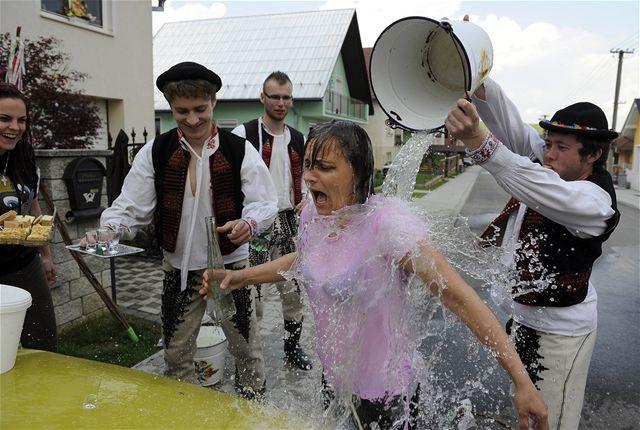 Обливание водой в Красный понедельник в Словакии