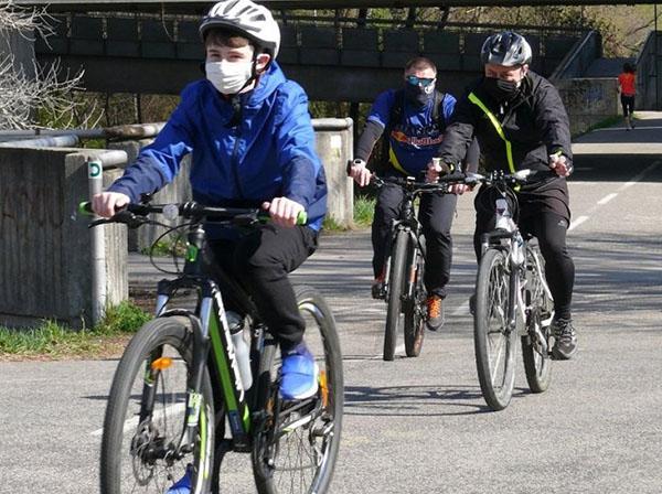 Изображение людей на велосипедах в масках